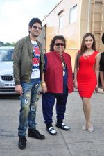 Bappi Lahiri, Rishi Bhutani, Angela Krislinzki on location of film Ramratan on 12th Sept 2016 (22)_57d7a4b10a1a6.JPG