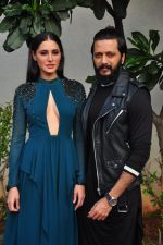 Ritesh Deshmukh and Nargis Fakhri on the sets of Dance Plus on 12th Sept 2016 (23)_57d7a4c182c0d.JPG