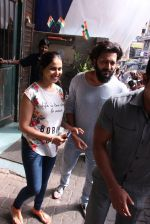Riteish Deshmukh snapped with wife Genelia on 14th Sept 2016 (5)_57da41227a485.JPG