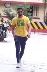 Upen Patel snapped leaving his gym on 14th Sept 2016 (4)_57da40668fa19.JPG