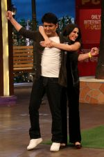 Kapil Sharma, Nargis Fakhri on the sets of The Kapil Sharma Show on 15th Sept 2016 (2)_57db939792744.jpg