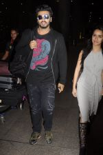 Shraddha Kapoor and Arjun Kapoor return from NY on 15th Sept 2016 (13)_57db8f100b193.JPG