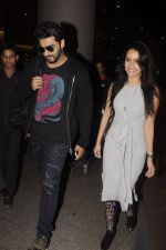 Shraddha Kapoor and Arjun Kapoor return from NY on 15th Sept 2016 (14)_57db8ee37585d.JPG