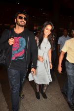Shraddha Kapoor and Arjun Kapoor return from NY on 15th Sept 2016 (30)_57db8ee8a14f3.JPG