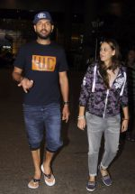 Yuvraj Singh, Hazel keech return from NY on 15th Sept 2016 (13)_57db8f58a6009.JPG