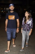Yuvraj Singh, Hazel keech return from NY on 15th Sept 2016 (14)_57db8f30a40be.JPG