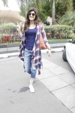 Kriti Sanon snapped at airport on 19th Sept 2016 (1)_57e0230643a6f.JPG