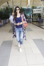 Kriti Sanon snapped at airport on 19th Sept 2016 (10)_57e022cd24c19.JPG