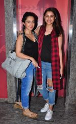 Parineeti Chopra snapped at PVR Juhu on 19th Sept 2016 (4)_57e0d75e81b0c.JPG