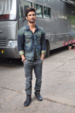 Sushant Singh Rajput on the sets of The Voice of India on 19th Sept 2016 (15)_57e0df25b6eb0.JPG