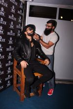 Ranveer Singh inaugurates D Shave salon by his personal hair stylist on 27th Sept 2016 (84)_57ebf6c614be6.JPG
