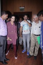 Varun Dhawan with Amruta Fadnavis as a part of unique awareness with cancer Patients on 27th Sept 2016 (4)_57ec026863af7.JPG