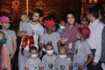 Varun Dhawan with Amruta Fadnavis as a part of unique awareness with cancer Patients on 27th Sept 2016 (1)_57ec02654e184.JPG