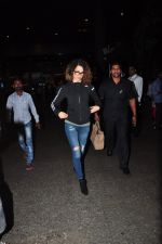 Kangana Ranaut snapped at airport on 28th Sept 2016 (11)_57ecb125a2387.JPG