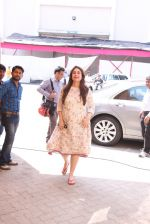 Kareena Kapoor snapped At Mehboob Studio on 29th Sept 2016 (11)_57ed1adc3e8d2.JPG
