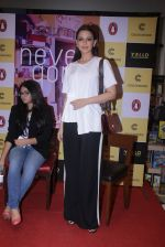 Sonali Bendre unveils Anusha Subramaniam�s book Never Gone on 28th Sept 2016 (21)_57ecb1cf0aa83.JPG