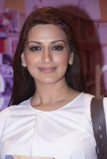 Sonali Bendre unveils Anusha Subramaniam�s book Never Gone on 28th Sept 2016 (27)_57ecb217bd39f.JPG