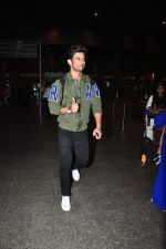 Sushant Singh Rajput snapped at airport on 28th Sept 2016 (19)_57ecb134cfe20.JPG
