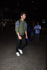 Sushant Singh Rajput snapped at airport on 28th Sept 2016 (21)_57ecb1364c6e1.JPG