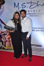 Honey Bhagnani, Dheeraj Deshmukh at MS Dhoni premiere in Mumbai on 29th Sept 2016 (21)_57ee34203cd4c.JPG