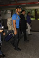 Mahendra Singh Dhoni snapped at airport on 29th Sept 2016 (36)_57ee2c9783894.JPG
