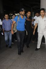 Mahendra Singh Dhoni snapped at airport on 29th Sept 2016 (38)_57ee2c9db8b43.JPG