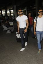 Upen Patel snapped at airport on 29th Sept 2016 (44)_57ee2cb036170.JPG