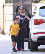 Amrita Arora snapped as she gets son from school on 30th Sept 2016 (2)_57effa04ddac7.JPG