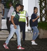 Alia Bhatt snapped at private airport on 1st Oct 2016 (13)_57f0f9df54f95.JPG
