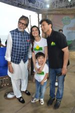 Amitabh Bachchan, Divya Kumar at NDTV Cleanathon campaign in Juhu Beach on 2nd Oct 2016 (82)_57f11d9533e76.JPG