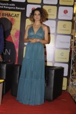 Kangana Ranaut at Chetan Bhagats new novel One Indian Girl launch in Oberoi Mall on 1st Oct 2016 (18)_57f0fb0a0abb6.JPG