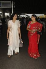 Hema Malini snapped at airport on 4th Oct 2016 (9)_57f4e7bed8b0f.JPG