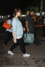 Kareena Kapoor snapped at airport on 4th Oct 2016 (34)_57f4e72cf1993.JPG