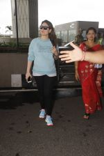 Kareena Kapoor snapped at airport on 4th Oct 2016 (35)_57f4e73c0d1fd.JPG