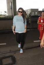 Kareena Kapoor snapped at airport on 4th Oct 2016 (37)_57f4e76053b88.JPG