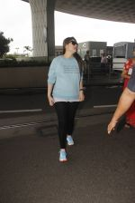 Kareena Kapoor snapped at airport on 4th Oct 2016 (39)_57f4e78458e38.JPG