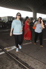 Kareena Kapoor snapped at airport on 4th Oct 2016 (40)_57f4e7932d046.JPG