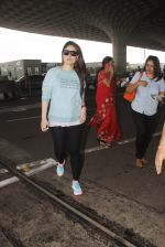 Kareena Kapoor snapped at airport on 4th Oct 2016 (41)_57f4e7a93faec.JPG
