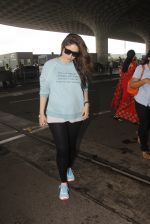 Kareena Kapoor snapped at airport on 4th Oct 2016 (42)_57f4e7be4e682.JPG