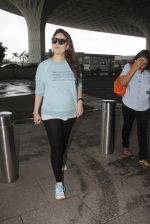 Kareena Kapoor snapped at airport on 4th Oct 2016 (43)_57f4e7d0e2985.JPG