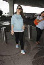 Kareena Kapoor snapped at airport on 4th Oct 2016 (44)_57f4e7ed6954f.JPG