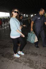 Kareena Kapoor snapped at airport on 4th Oct 2016 (45)_57f4e814e434c.JPG