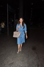 Kiara Advani snapped at airport on 4th Oct 2016 (3)_57f4e7e365105.JPG