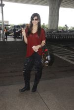 Kriti Sanon snapped at airport on 4th Oct 2016 (27)_57f4e7b462944.JPG