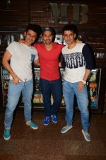 Varun Dhawan wth Meet Bros at their studio to hear song on 3rd Oct 2016 (12)_57f485d12b565.JPG