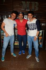 Varun Dhawan wth Meet Bros at their studio to hear song on 3rd Oct 2016 (13)_57f485ddc52cb.JPG