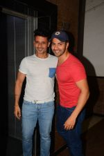 Varun Dhawan wth Meet Bros at their studio to hear song on 3rd Oct 2016 (5)_57f47eb9cd79a.JPG