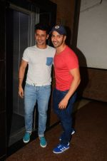 Varun Dhawan wth Meet Bros at their studio to hear song on 3rd Oct 2016 (6)_57f47ebfef089.JPG