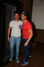 Varun Dhawan wth Meet Bros at their studio to hear song on 3rd Oct 2016 (8)_57f485654fea2.JPG