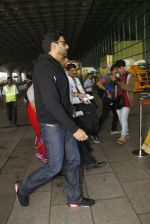 Abhishek Bachchan snapped at airport on 5th Oct 2016 (8)_57f5e063d0485.JPG